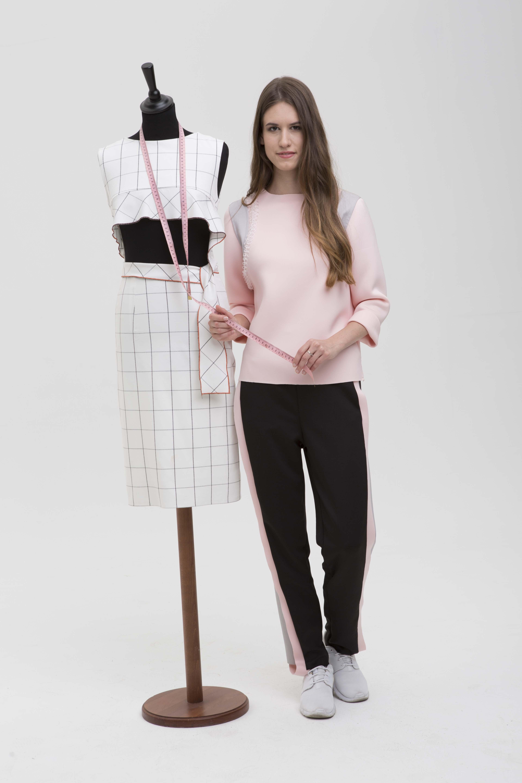 f7d5107967 Lúcia Kézműves alapszakunk öltözék- és kiegészítő tervezés specializációján  végzett, jelenleg Divat- és textiltervezés mesterszakunk hallgatója.