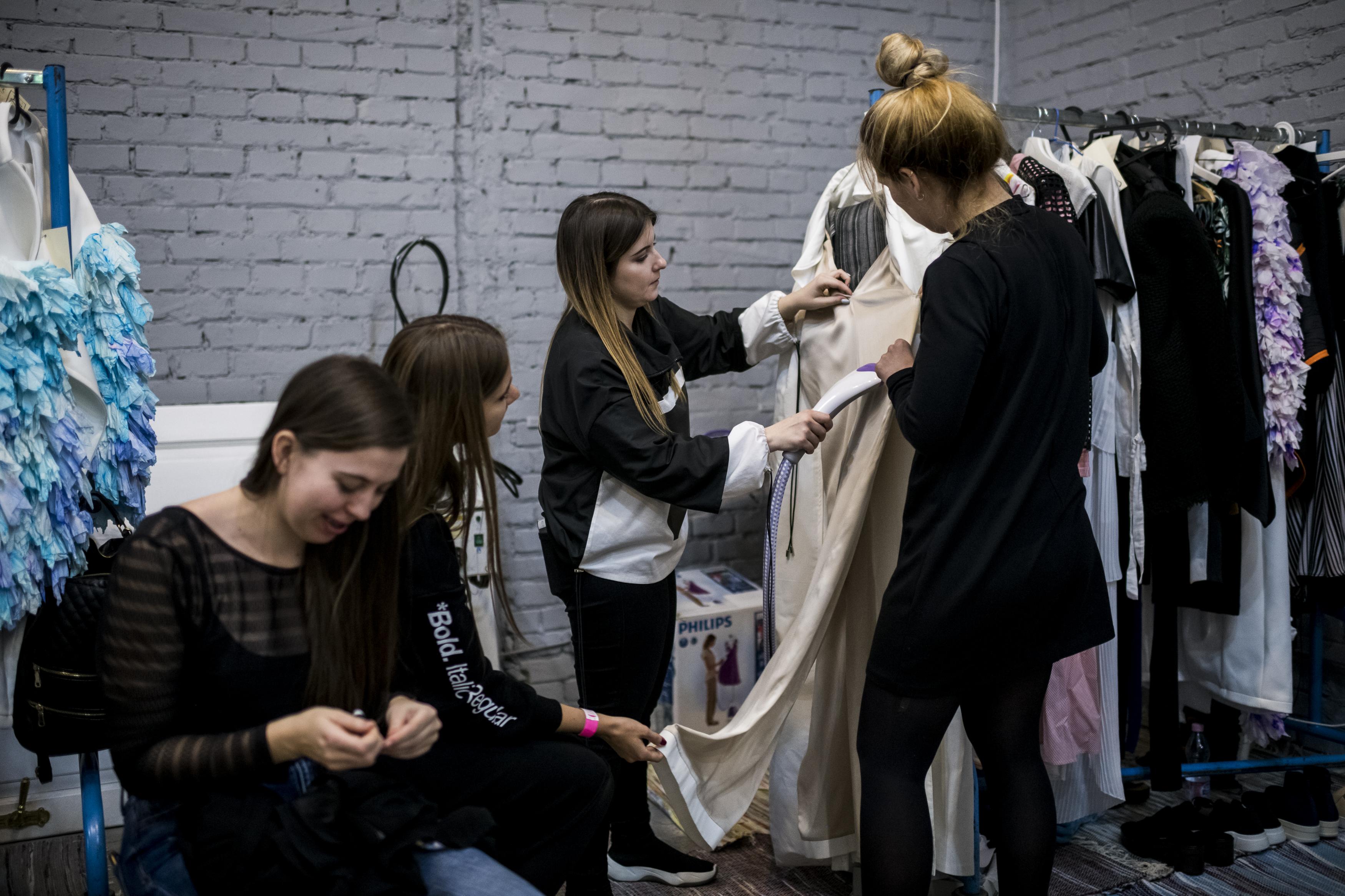 af7bc21291 Mészáros Lúcia Kézműves alapszakunk öltözék- és kiegészítő tervezés  specializációján végzett, jelenleg Divat- és textiltervezés mesterszakunk  hallgatója.